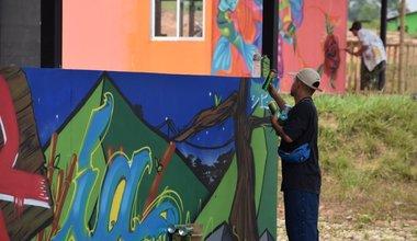 Artistas pintando los murales en el ETCR. Foto: Jennifer Moreno