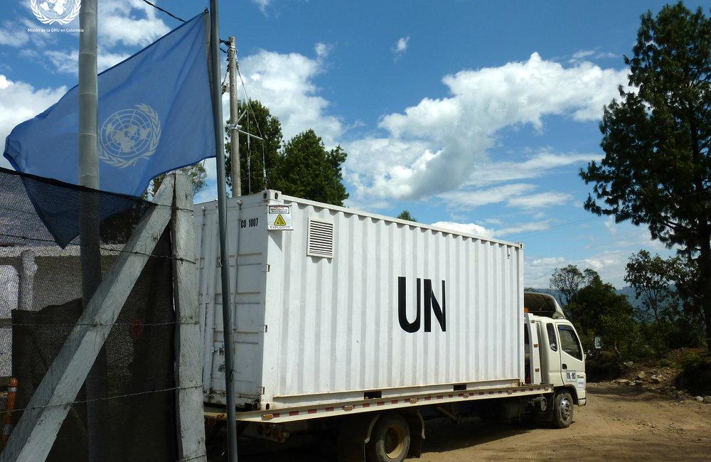 Contenedor de la ONU saliendo de la zona de dejación de armas en Los Monos, Cauca.
