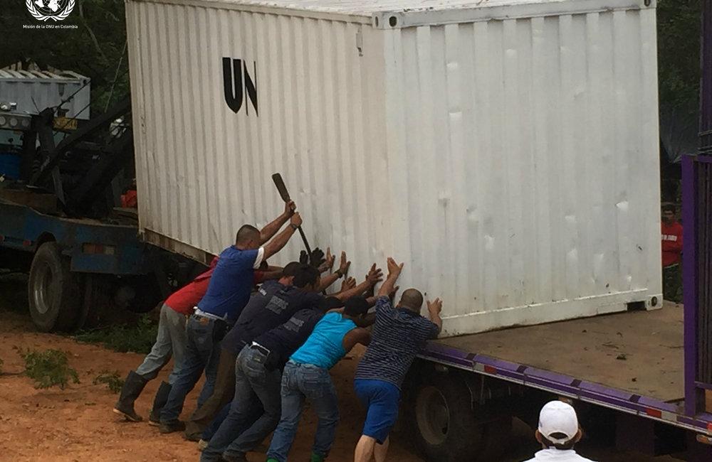Momento en que el contenedor de la Misión de la ONU está siendo preparado para el desplazamiento desde San José de Oriente en el Cesar a la bodega en el centro del país.